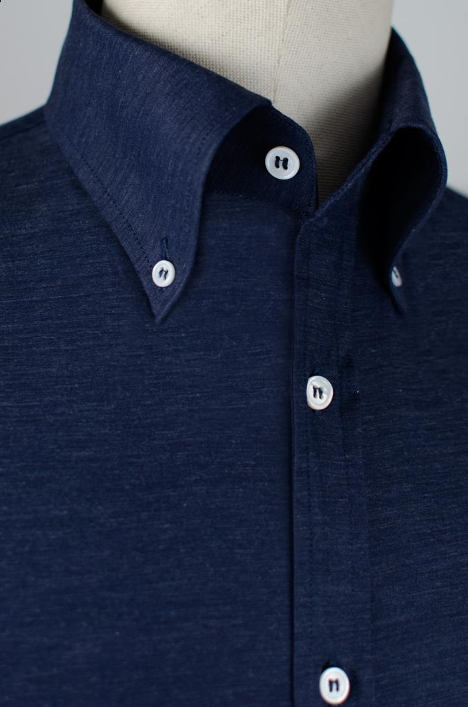 magnifique col de chemise haut, à pointe longue, et boutonné